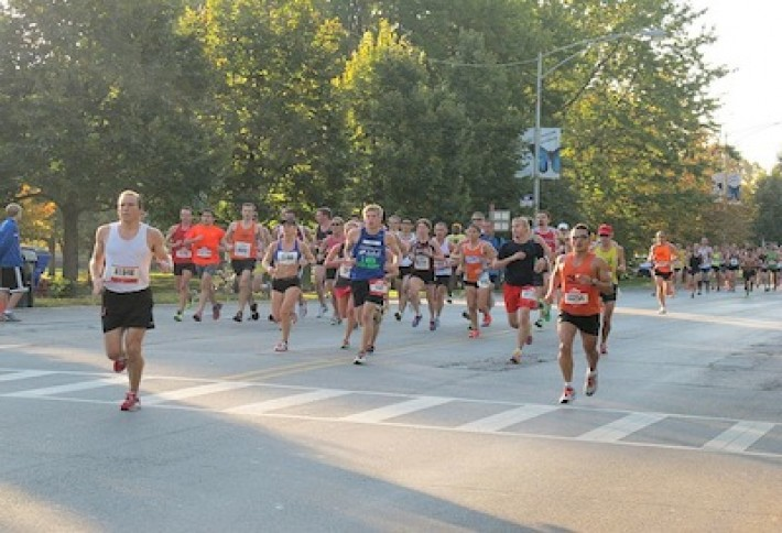 800px-2011_Chicago_Marathon_runners